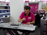 Продавец жжет на синтезаторе